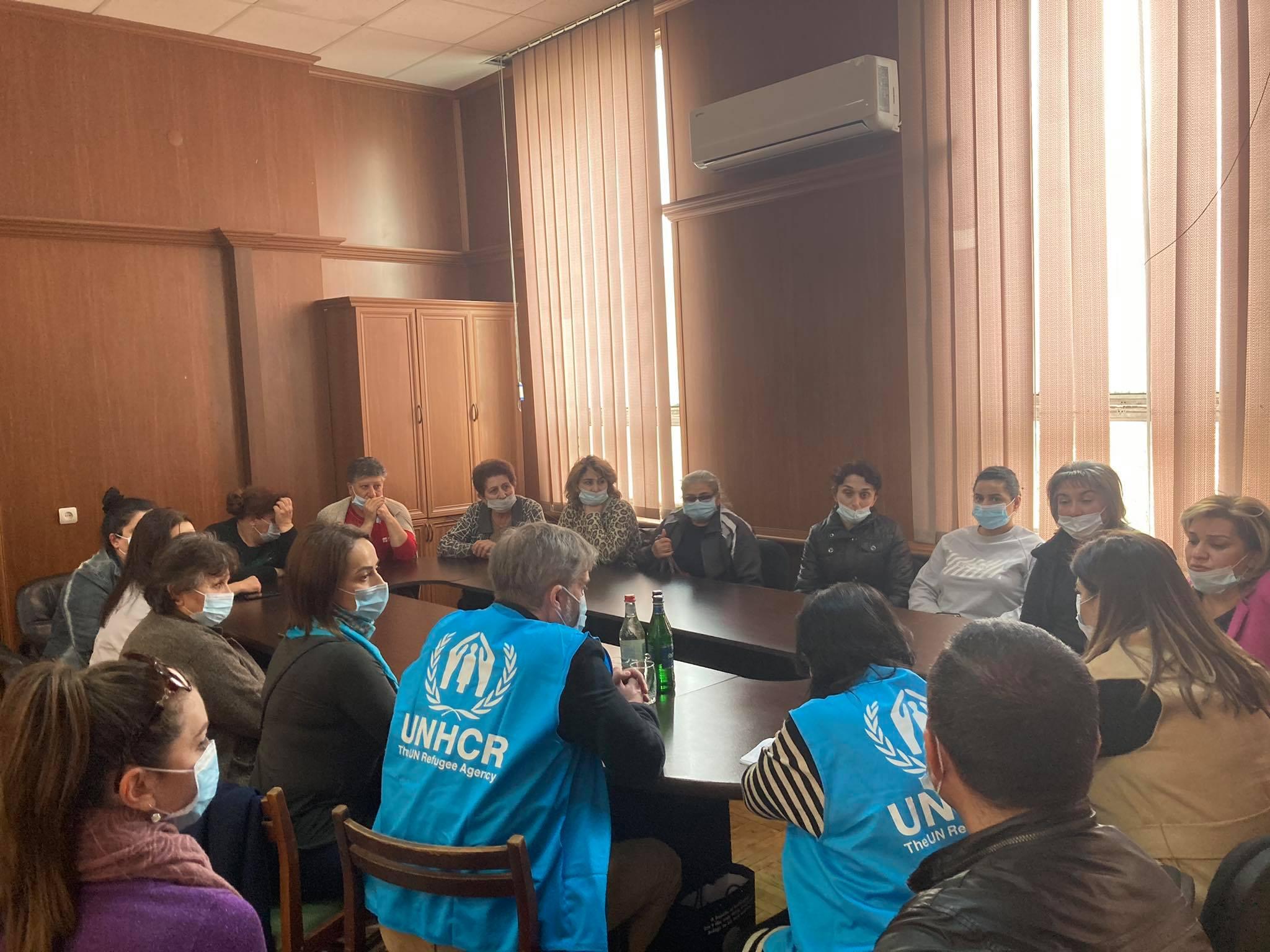 ՄԱԿ ՓԳՀ ներկայացուցիչները՝ ԼՂ-ից տեղահանված մի խումբ կանանց հետ հանդիպման ժամանակ։of women displaced from NK