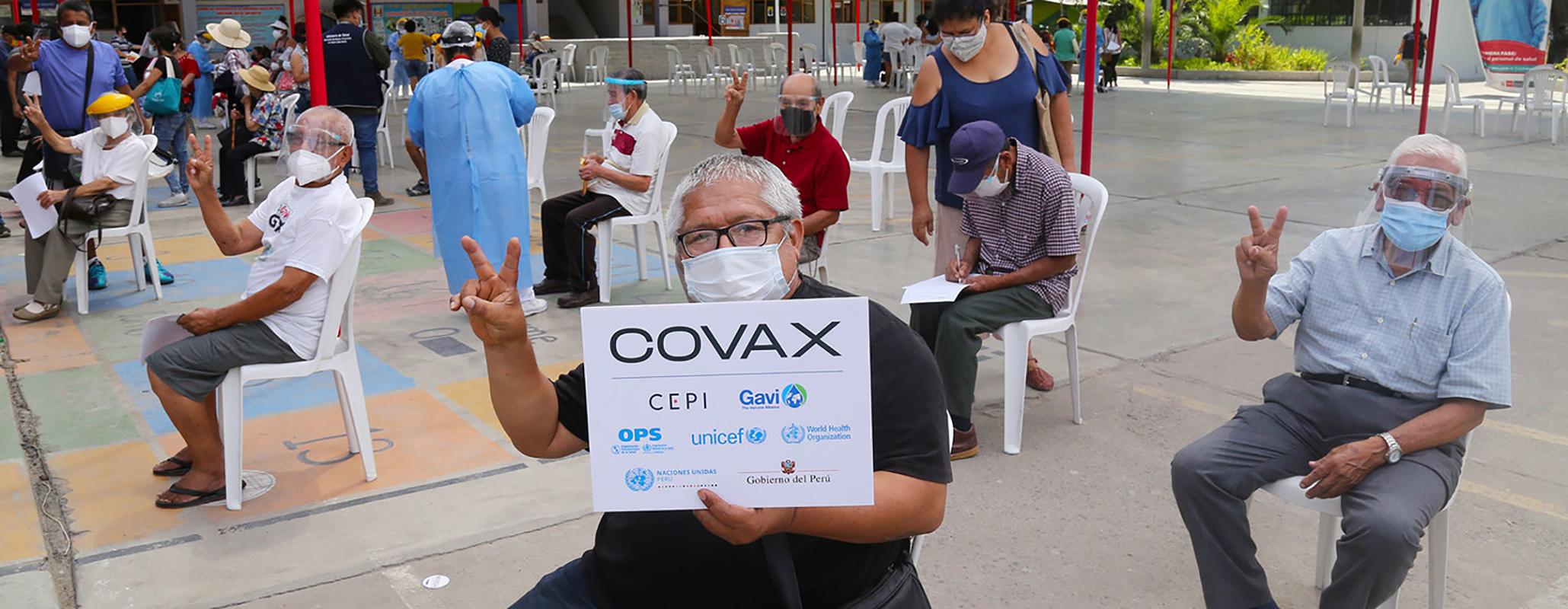 Տարեցները Պերուի առաջին բնակիչներից են, ովքեր ստացել են ՔՈՎԻԴ-19-ի պատվաստանյութեր՝ Լիմայում գտնվող պատվաստման վայրում: