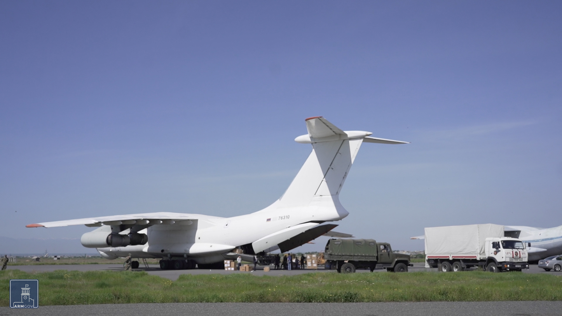 Тhe delivered assistance is unloaded from the plane into the trucks of the Ministry of Emergency Situations.