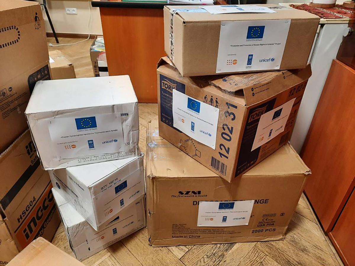Անձնական պաշպանիչ պարագաներով արկղեր։